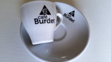 Šálek s podšálkem s logem Café Burdet